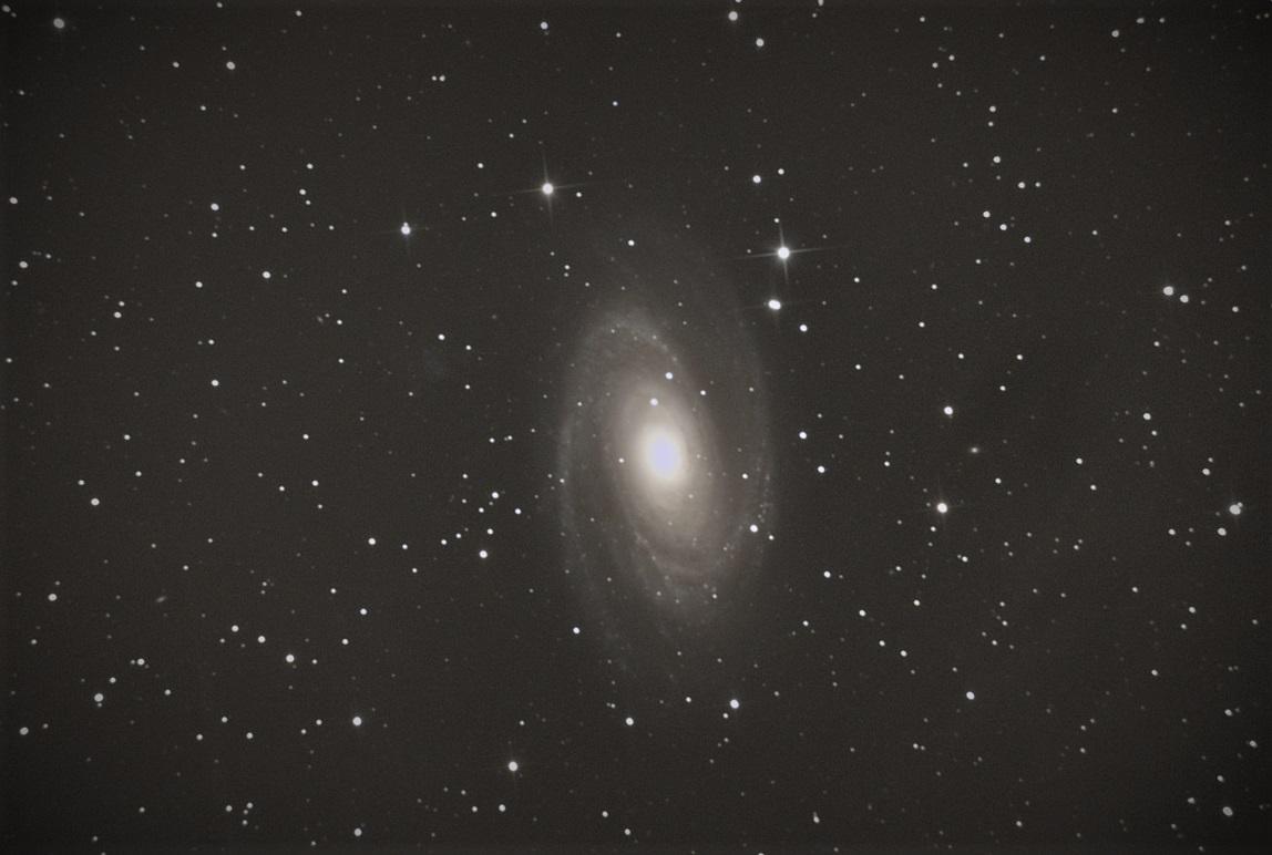 Galaxie M81 (Grande Ourse)- Stéphane PICQUETTE -Newton 200/1000 - monture NEQ5, caméra ZWO 294MC refroidie, 50 poses de 40s, gain 480, 10 dark, traitement avec logiciel DSS et photoshop