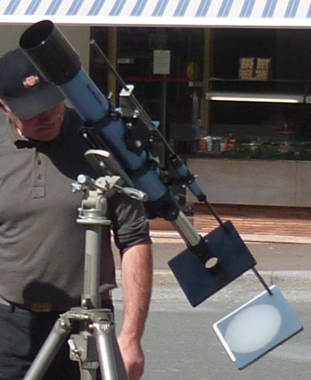 Ecran à l'arrière de la lunette pour projection indirecte du soleil