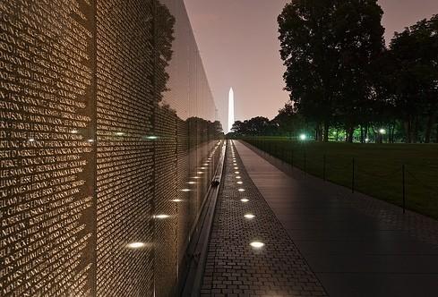 Vietnam Memorial met het Washington monument op achtergrond