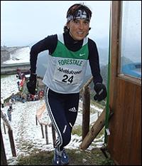 15 cm Neuschnee gab es beim Hochfellnberglauf schon öfters. Kein Problem aber für Antonella Confortola. Als erfolgreiche Skilangläuferin (Olympia-Bronce und WM Silber und Bronce) war sie in ihrem Element. Foto Weitz vom Zieleinlauf als Siegerin.