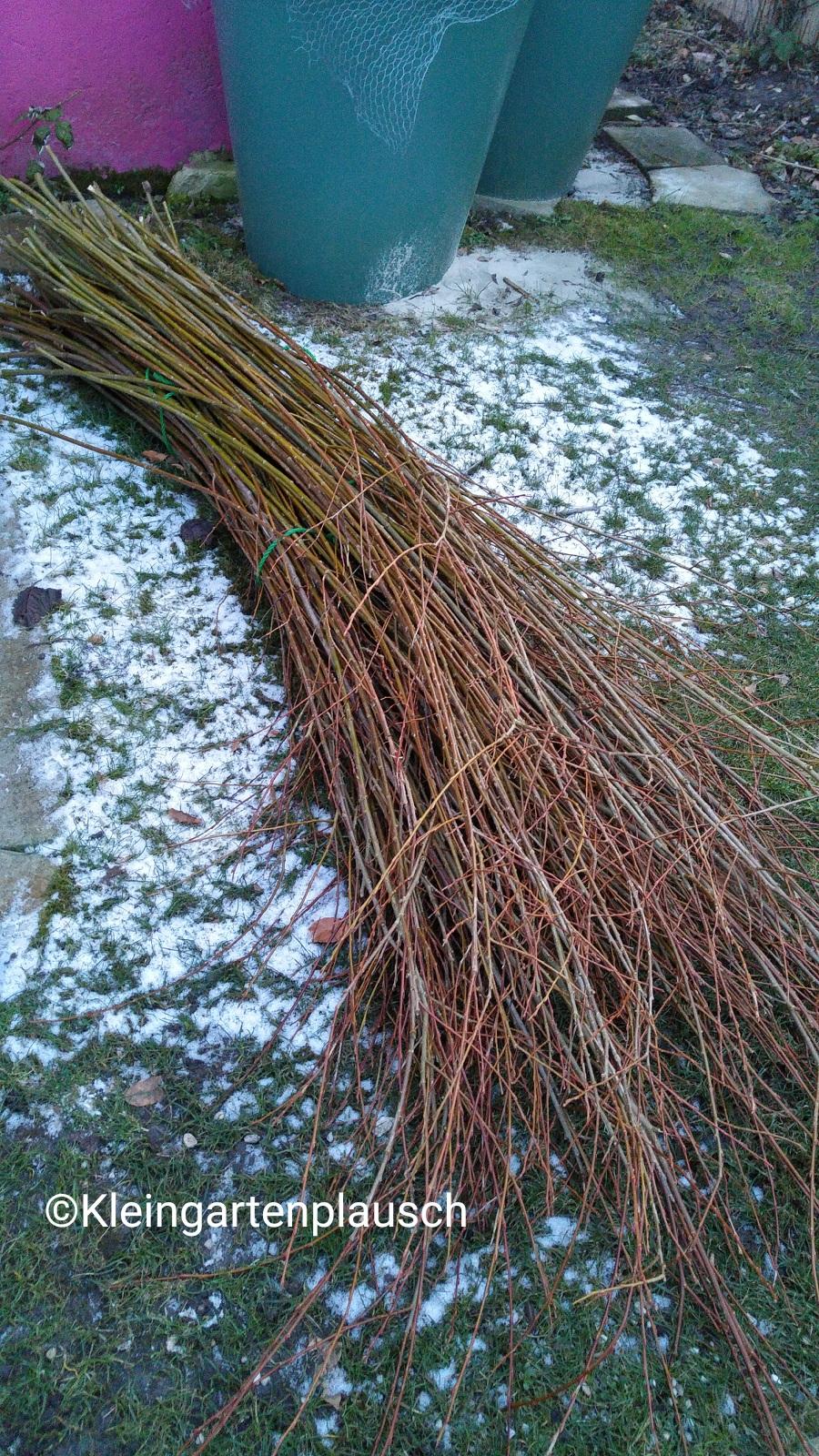 Ein großes Bündel Weidenruten liegt auf dem Rasen