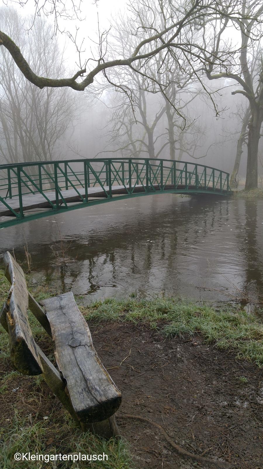 Sonst kann man die Brücke gut queren und dann in einem Rundbogen durch den Wald zurücklaufen: Am Sonntag war hier Schluss, denn das Wasser stand auf der anderen Uferseite kniehoch...