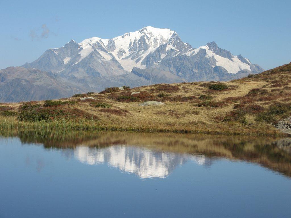 reflet du Mont Blanc dans le lac Brassa (Beaufortain)