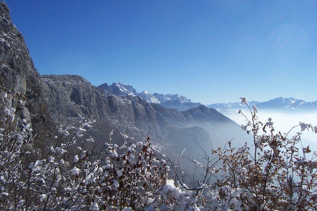 vue du Mont Veyrier après une première neige (près d'Annecy)