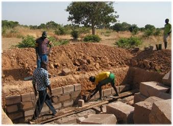 Construction des latrines à l'école B