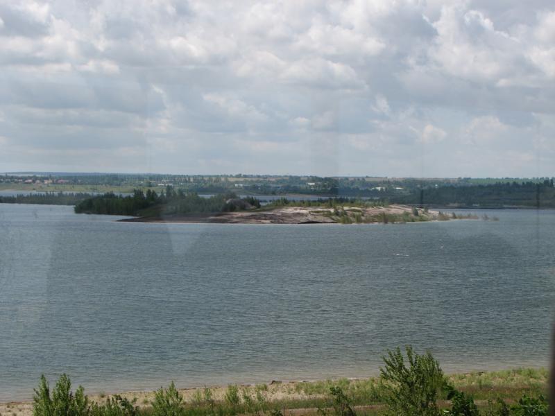 Blick auf die Inseln im See, dem Brutrevier der Bienenfresser