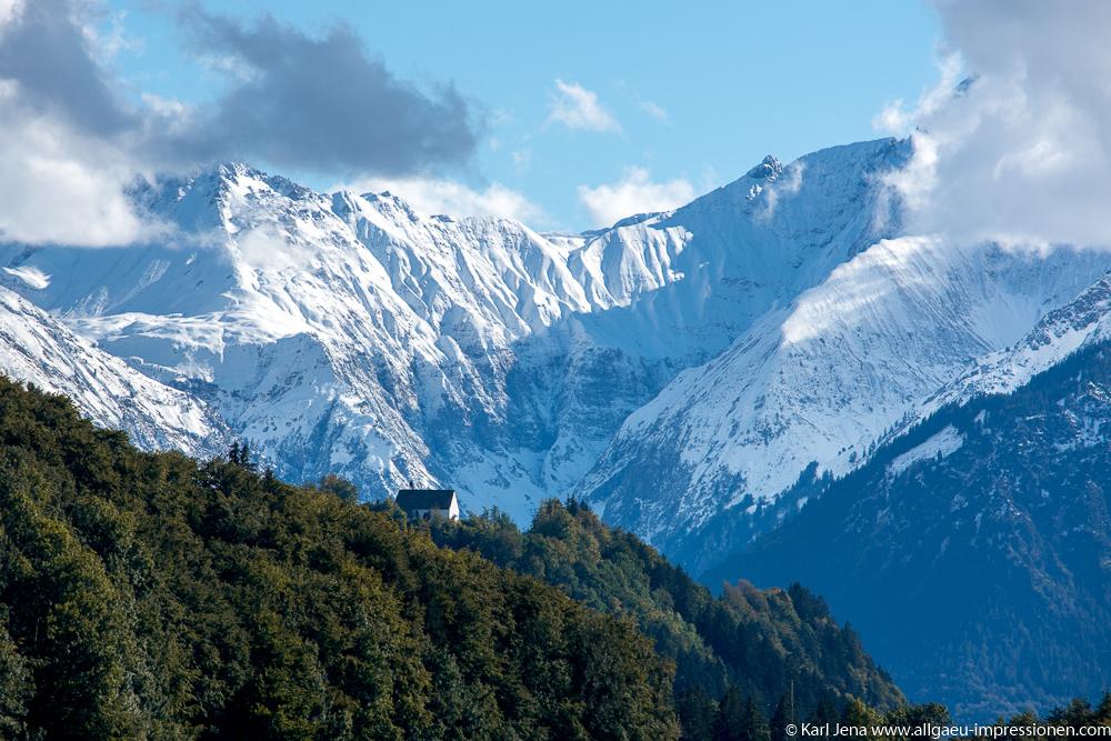 Kirche der Schöllanger Burg mit Allgäuer Alpen im Hintergrund