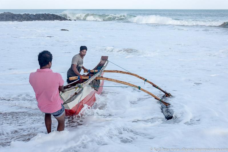Über eine halbe Stunde mussten diese Fischer die Wellen genau beobachten, um einen günstigen Augenblick zu finden, um in See zu stechen.