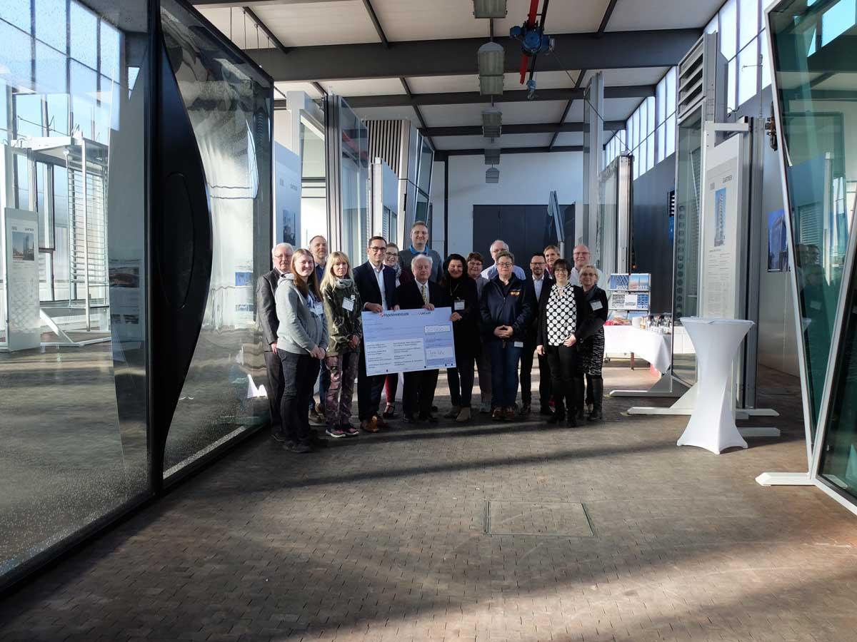 Geschäftsführer Jürgen Wax und Aufsichtsratsvorsitzender Dr. Fritz Gartner (in der Mitte) übergaben zusammen den symbolischen Scheck an acht soziale Einrichtungen aus der Region.   Quelle: Josef Gartner GmbH