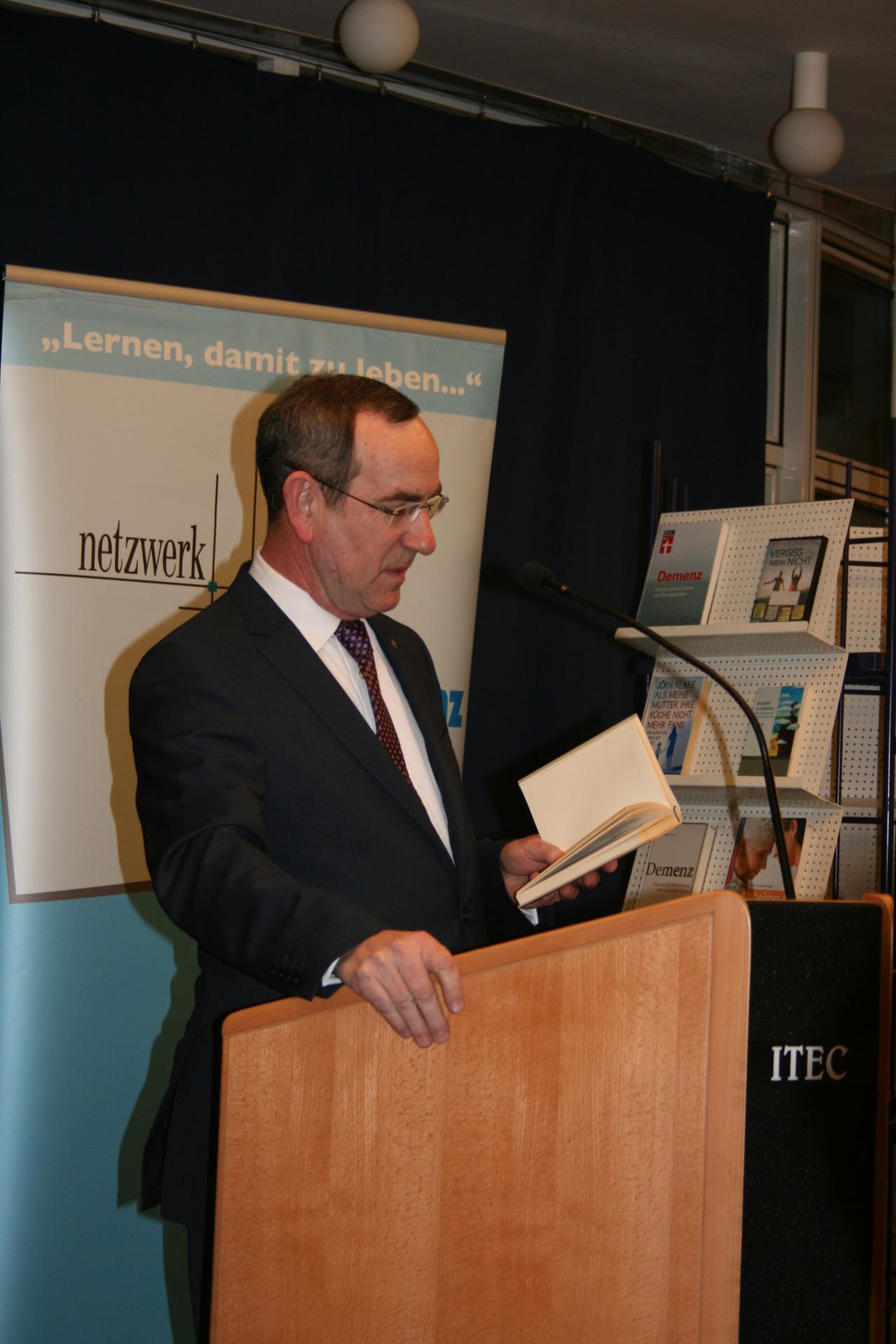 Baldur Stiehl, Vorsitzender des Netzwerkes Demenz Bad Kreuznach, begrüßt die Gäste.