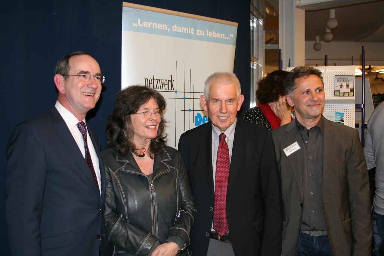 (v.l.n.r.): Baldur Stiehl, Sabine Bode, Dr. Richard Auernheimer und Stefan Meisel, Hausherr der Stadtbibliothek.