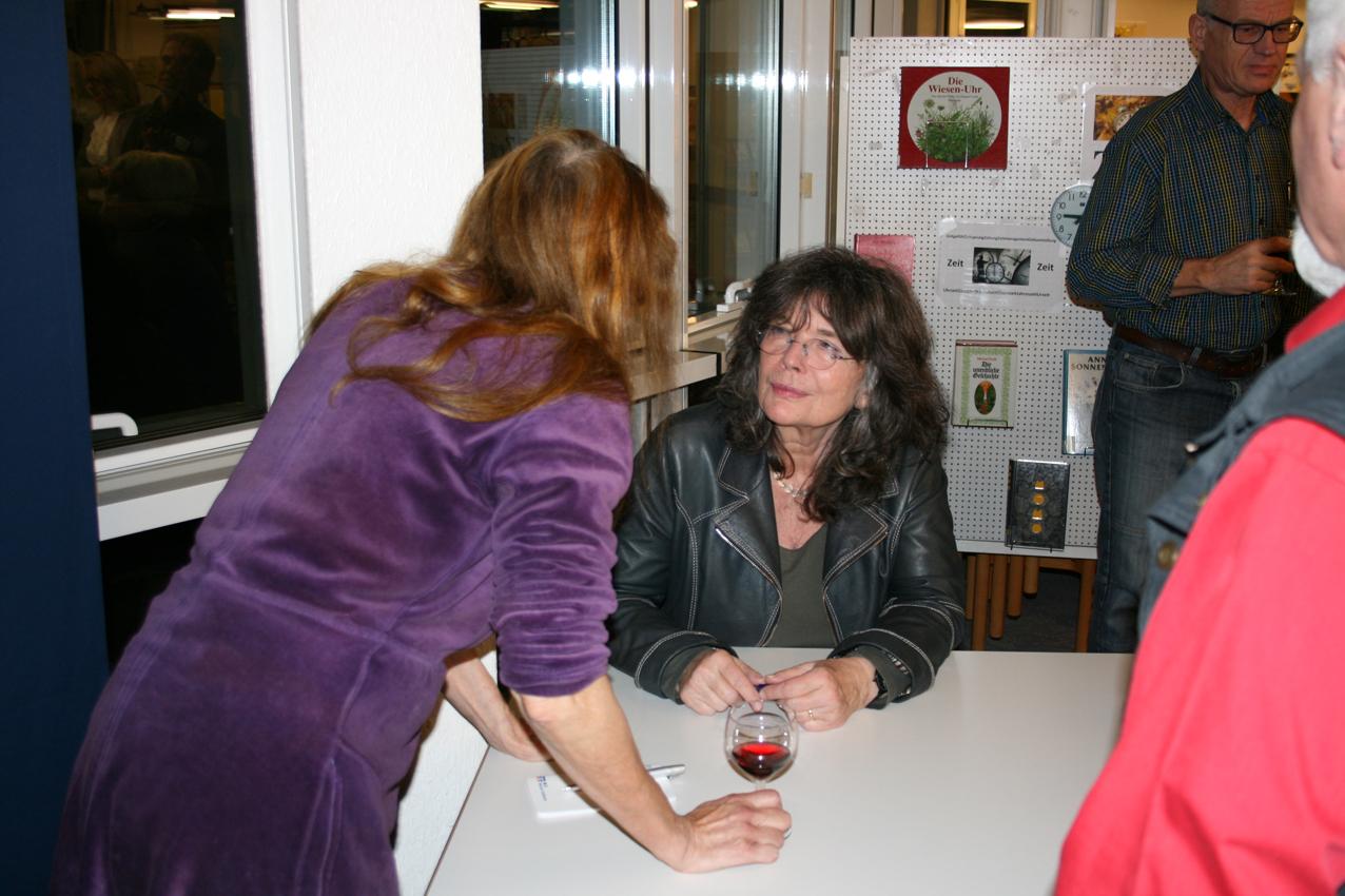 Das Angebot, ihr Buch vor Ort zu signieren, wurde reichlich genutzt.