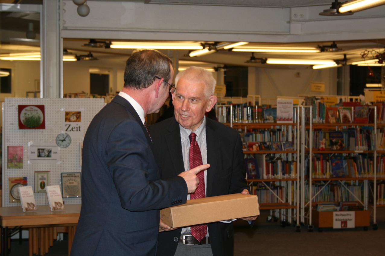 Baldur Stiehl verabschiedet den Schirmherren des Netzwerkes, Dr. Richard Auernheimer, der nach langjähriger Tätigkeit sein Amt niederlegt.