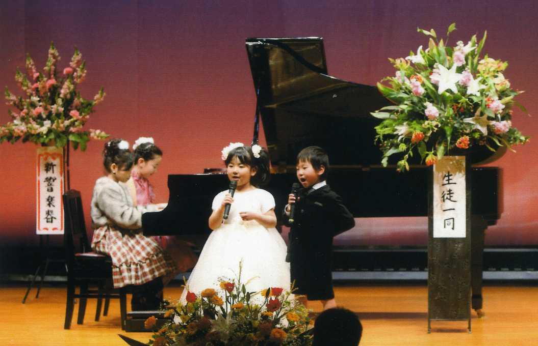 ピアノ連弾に合わせて歌いました。
