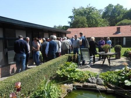 Besuchergruppe vor Bantamhahnengalerie.