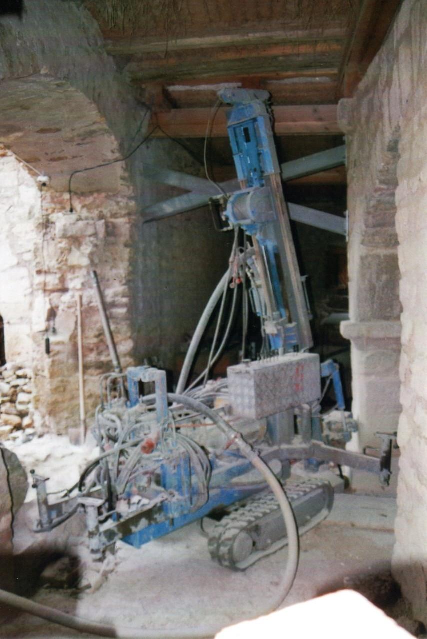 Sicherung des Kaminpfeilers der Burgküche mit vier 6 Meter tiefen Bohrpfählen