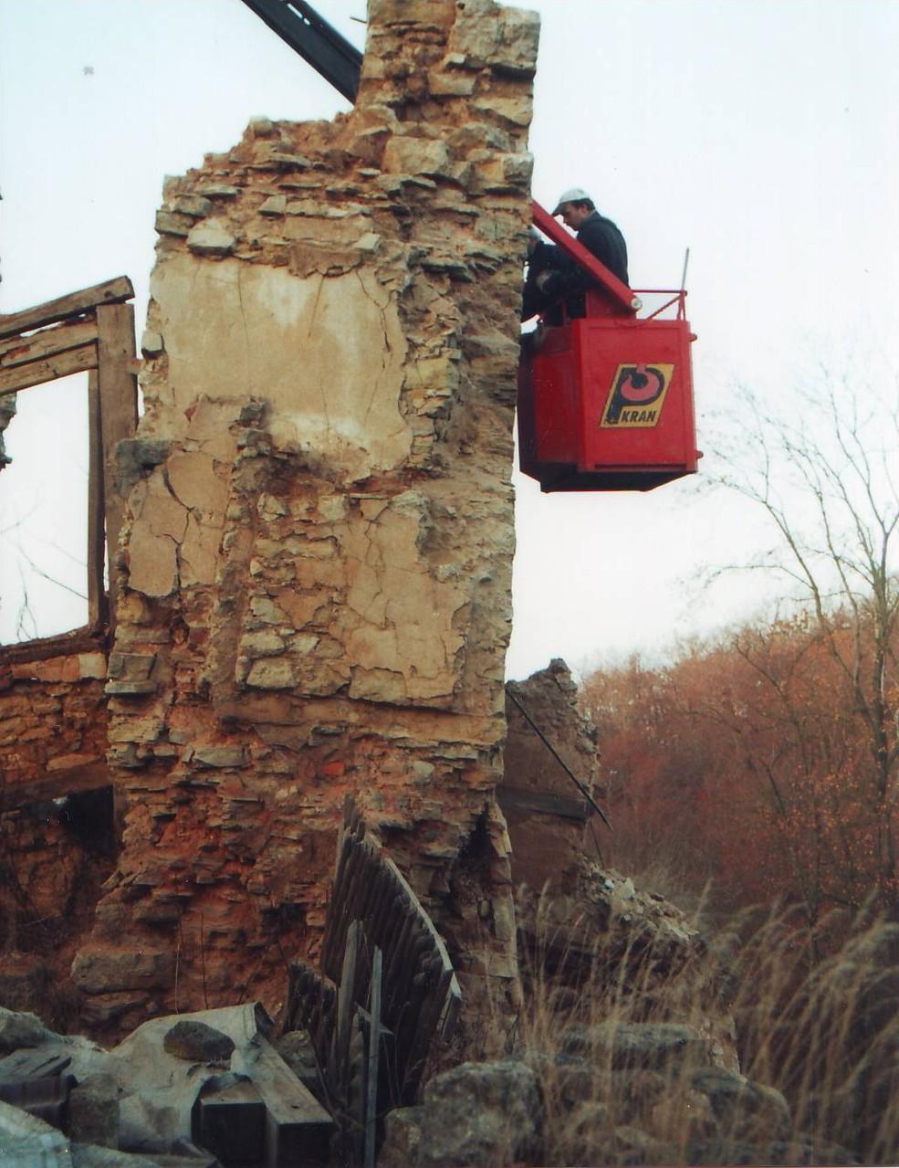 Kranausleger mit Korb zum gerüstfreien Erreichen schwer zugänglicher Stellen