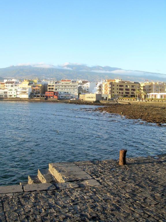Blick von der Hafenmole auf El Medano
