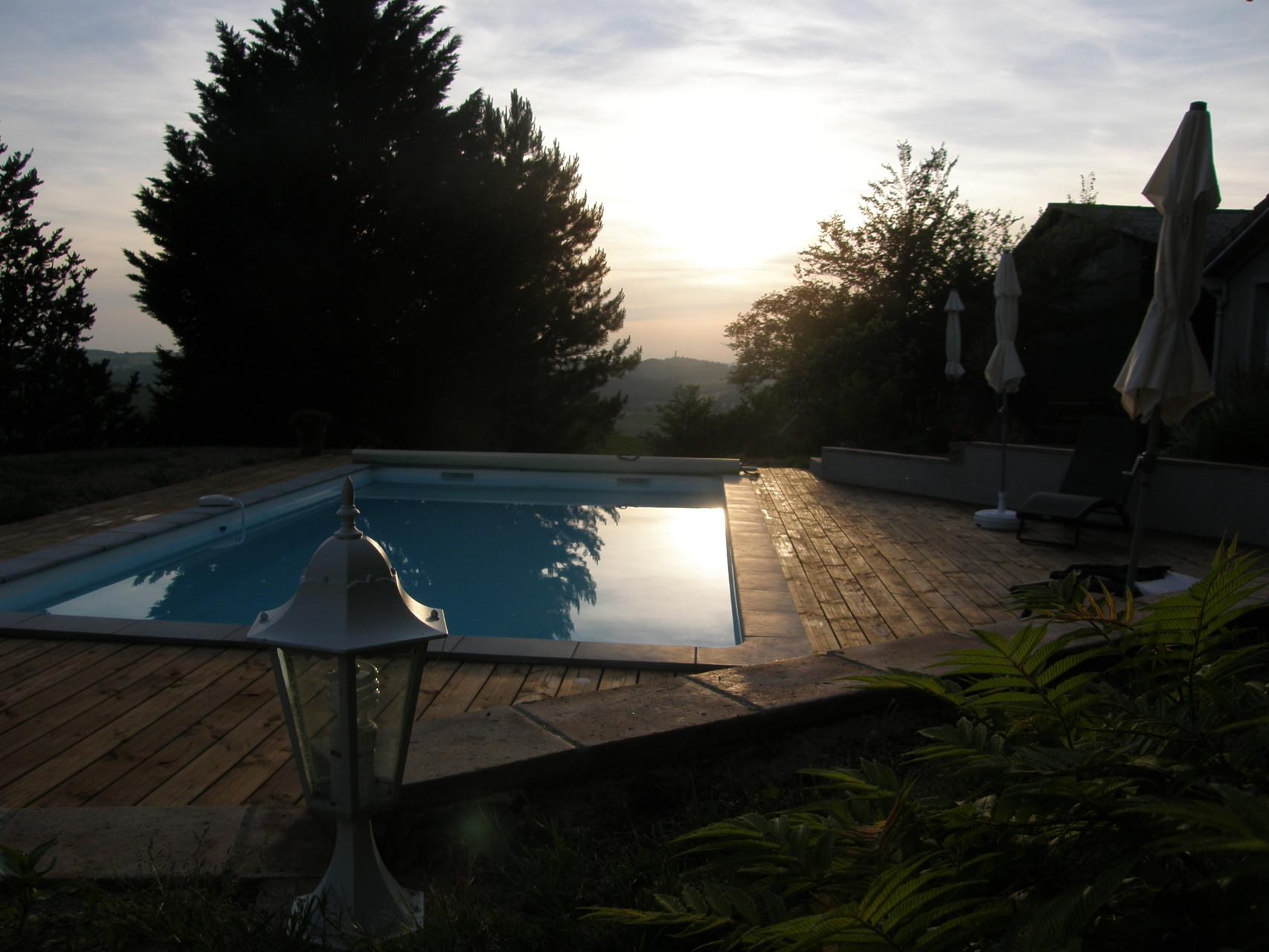 La piscine au coucher de soleil