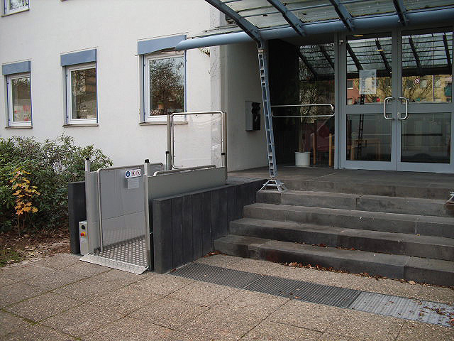 Hublift für Rollstuhlfahrer, harmonisch integiert