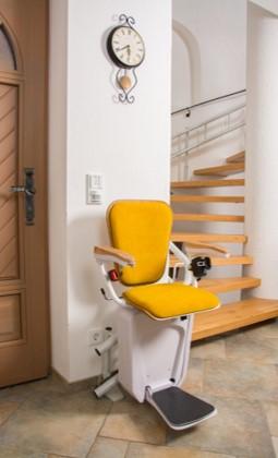 Treppenlift gelb Stützenbefestigung