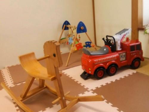 「はやくみんなとあそびたいよー」おもちゃたちも子どもたちと遊ぶ準備中。