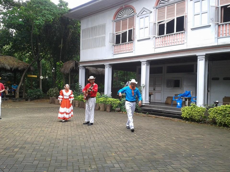 Le chant devant la réplique d'une hacienda de plantation de cacao au Parc historique