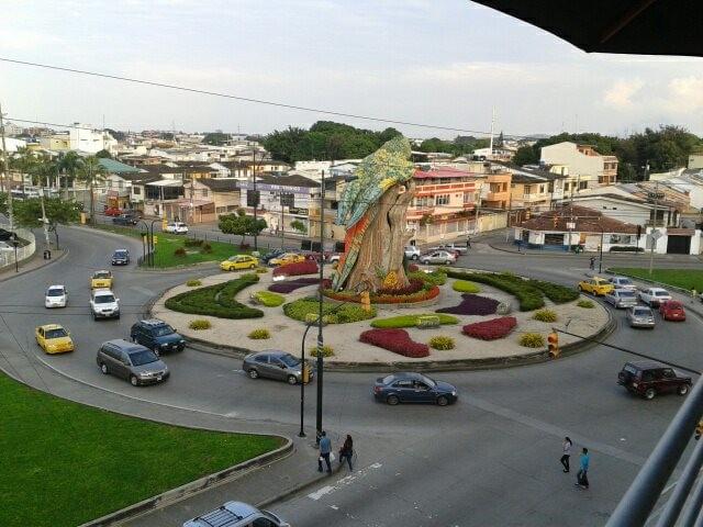 Un rond point vu du balcon de Juan Valdez café au CityMall à Guayaquil - Gilles Bélanger