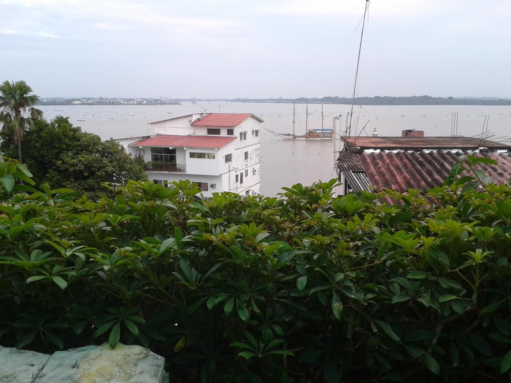 Vue sur rio Guayas de la terrasse d'un café de Las Peñas
