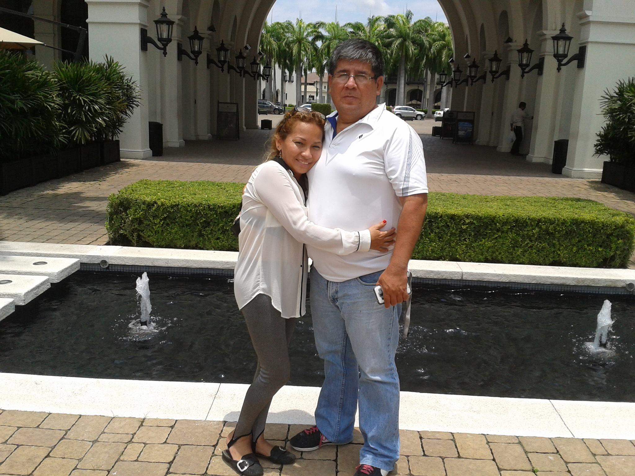 Mes amis et hôtes à Guayaquil. Carmen et Newton au chic centre commercial à Samborondon