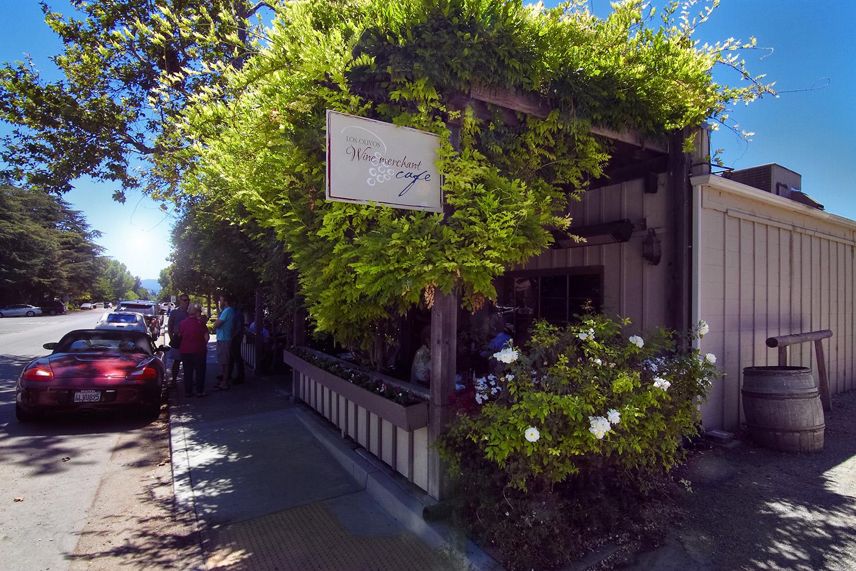 """Im Los Olivos Merchant & Cafe haben Miles und Jack ihr Doppel-Date mit Maya und Stephanie. Vor der Veranda fällt der legendäre Satz: """"If anyone orders Merlot, I'm leaving. I am NOT drinking any fucking Merlot!"""""""