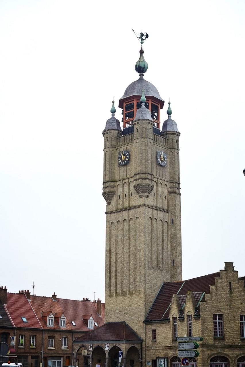 Der Belfried, der im Film eine zentrale Rolle spielt, steht natürlich auch in Wirklichkeit am Marktplatz in Bergues.