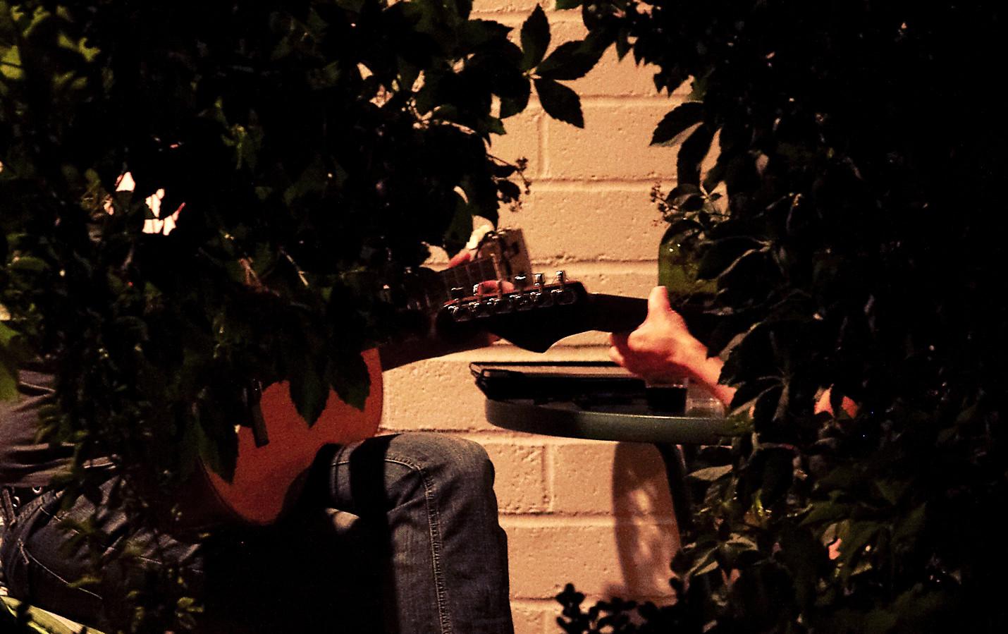 Typisches Bild: Musiker aus LA sitzen vor ihrem Zimmer bei einer Flasche Wein und covern Songs von Parsons und Townes Van Zandt. (Foto: Christian Düringer)