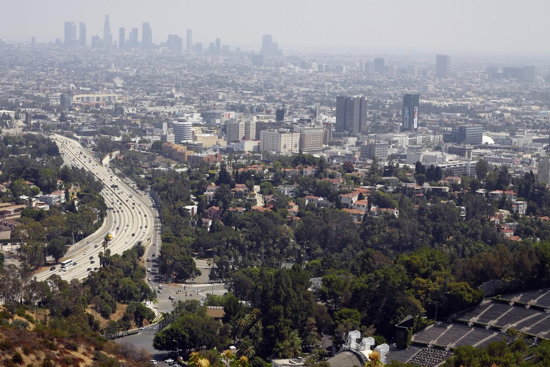 Blick vom Mullholland Drive über Hollywood und Los Angeles. In dieser Umgebung spielen zahlreiche Episoden.