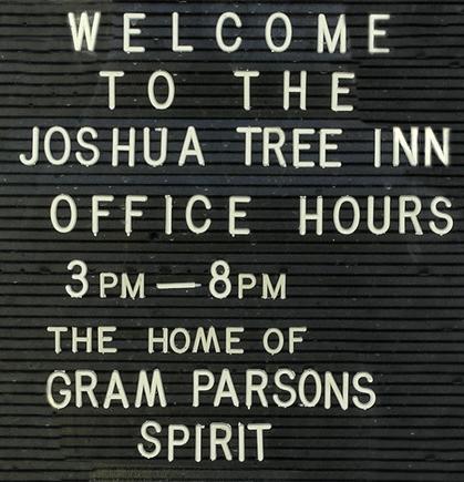 Ein Schild am Eingang macht klar, wo man sich hier befindet. Das JT Inn pflegt Parsons Erbe und profitiert dabei von der Legende. (Foto: Christian Düringer)