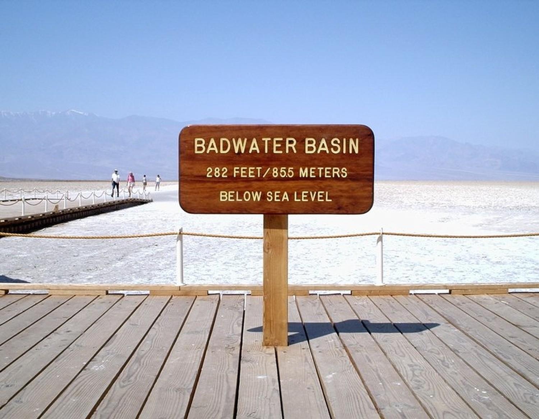 """Showdown mit Sonnenfinsternis in Badwater. Im Fall """"Das brennende Schwert"""" werden Die drei ??? in die Machenschaften einer Sekte verwickelt, die zum Finale eine Zeremonie im Deathy Valley in Kalifornien abhält."""