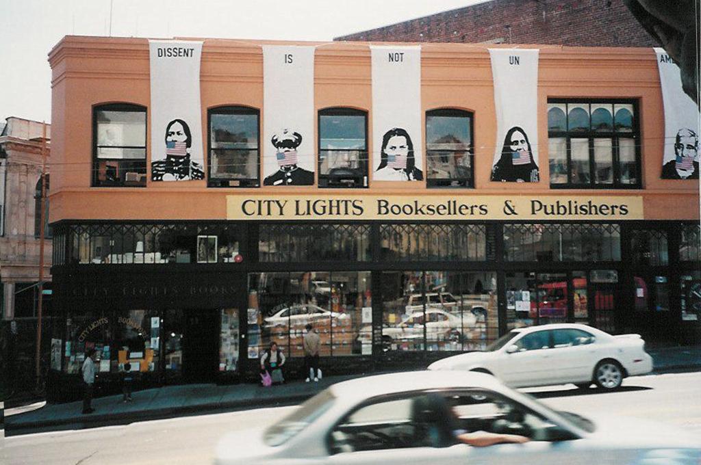 """""""Dissent is Not UnAmerican"""" Der City Lights Bookstore nutzt seine Fassade immer wieder für politischen Protest, wie hier 2002 während des Irak-Kriegs."""