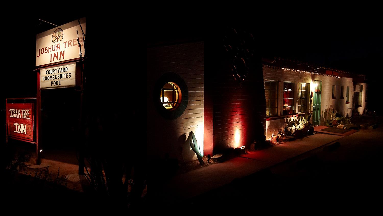 Das Joshua Tree Inn wurde in den 50er Jahren im mexikanischen Hazienda-Stil erbaut. Fotomontage: Werbetafel am Twentynine Palms Highway und Gebäude in nächtlicher Beleuchtung (Foto: Christian Düringer)