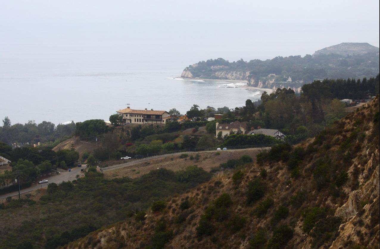 """Blick aus dem hügeligen Hinterland von Malibu von der Villa des Rockstars Axl Rose aus. In """"Der magische Kreis"""" befindet sich etwa hier die Halbmond-Ranch der ehemaligen Filmdiva Madeline Bainbridge."""