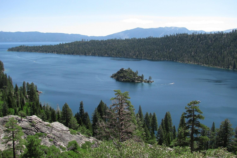 """Die gesamte Folge """"Geisterstadt"""" spielt am und um den Lake Tahoe. Die titelgebende Geisterstadt Virginia City befindet sich im unmittelbarer Nähe."""