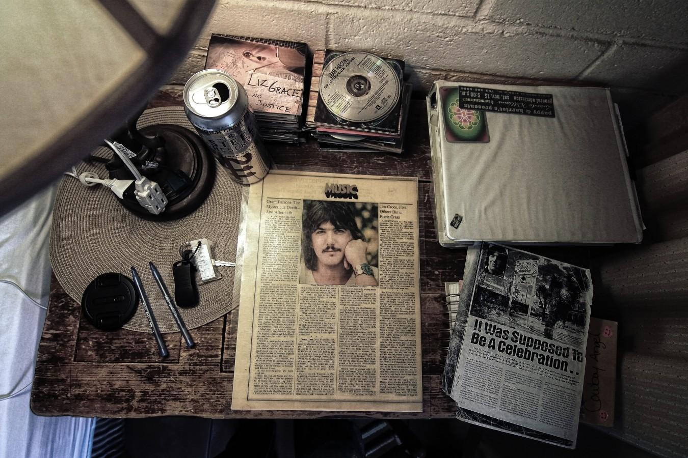 Auf dem Schreibtisch stapeln sich von Fans kompilierte CDs, Erinnerungsstücke,... (Foto: Christian Düringer)