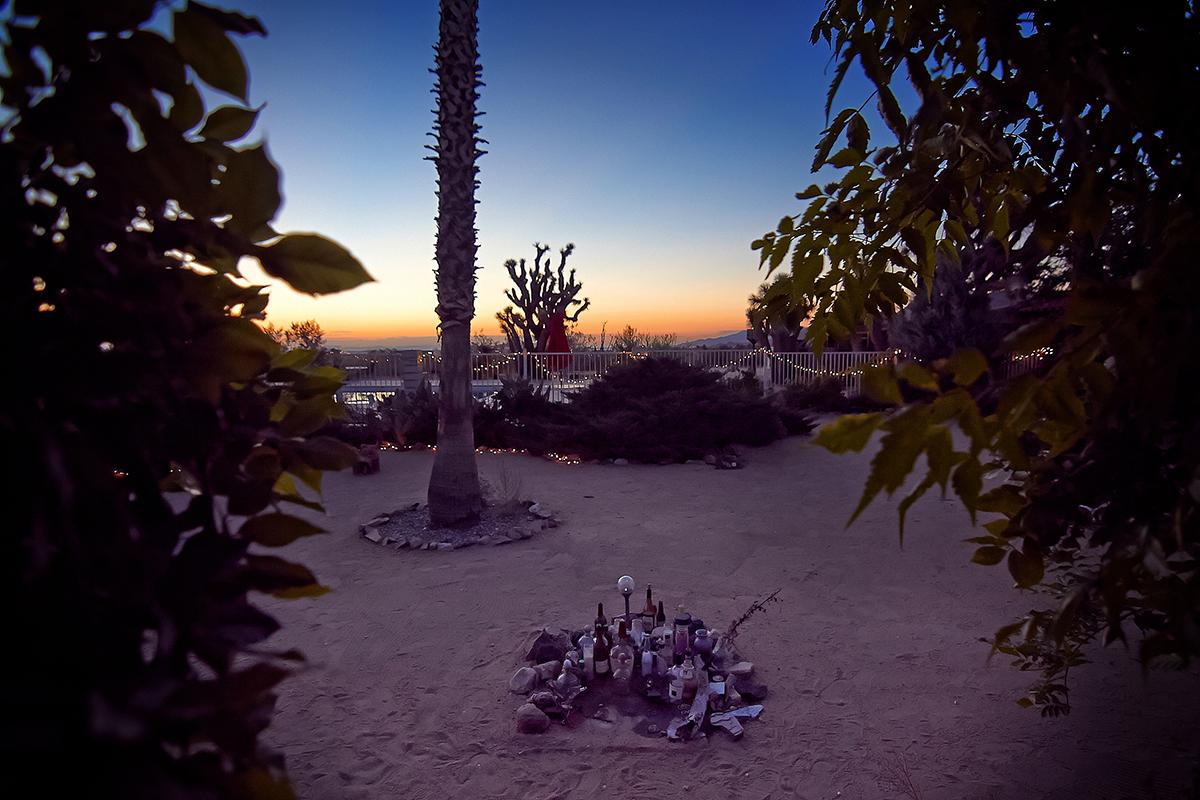 Blick aus Room 8 bei Sonnenaufgang. Im Vordergrund ein Gram Parsons-Memorial, das für Fans aus aller Welt ein Wallfahrtsort geworden ist, (Foto: Christian Düringer)