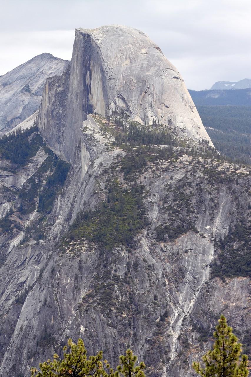 """In """"Im Schatten des Giganten"""" lösen die drei ??? einen Fall im Yosemite Nationalpark. Der Bergkuppel des """"Half Dome"""" kommt dabei eine besondere Bedeutung zu."""