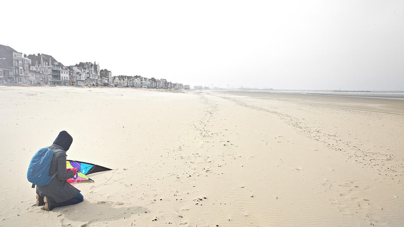 15 Autominuten von Bergues liegt der Strand von Dunkerque, wo Antoine und Philippe im Film Strandsegeln.
