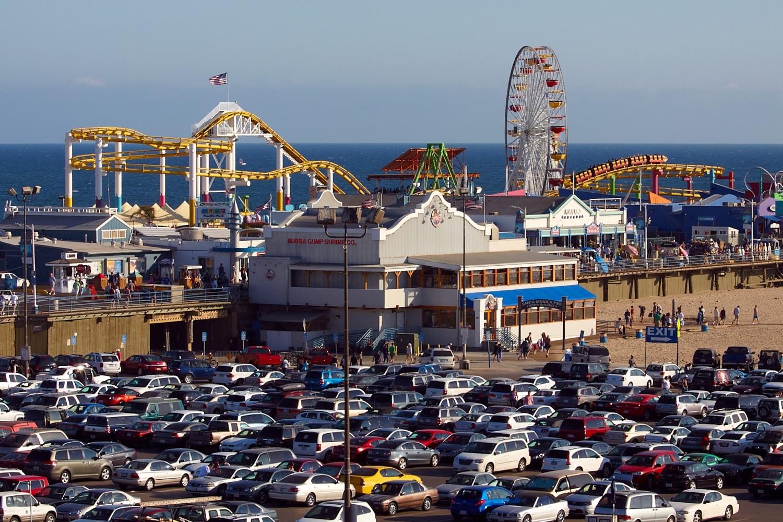 Der Pier ist das Wahrzeichen von Santa Monica. In den 1920er Jahren gebaut, ist der Pier heute mit einen kleinen Vergnügungspark ein beliebtes Touristenziel.