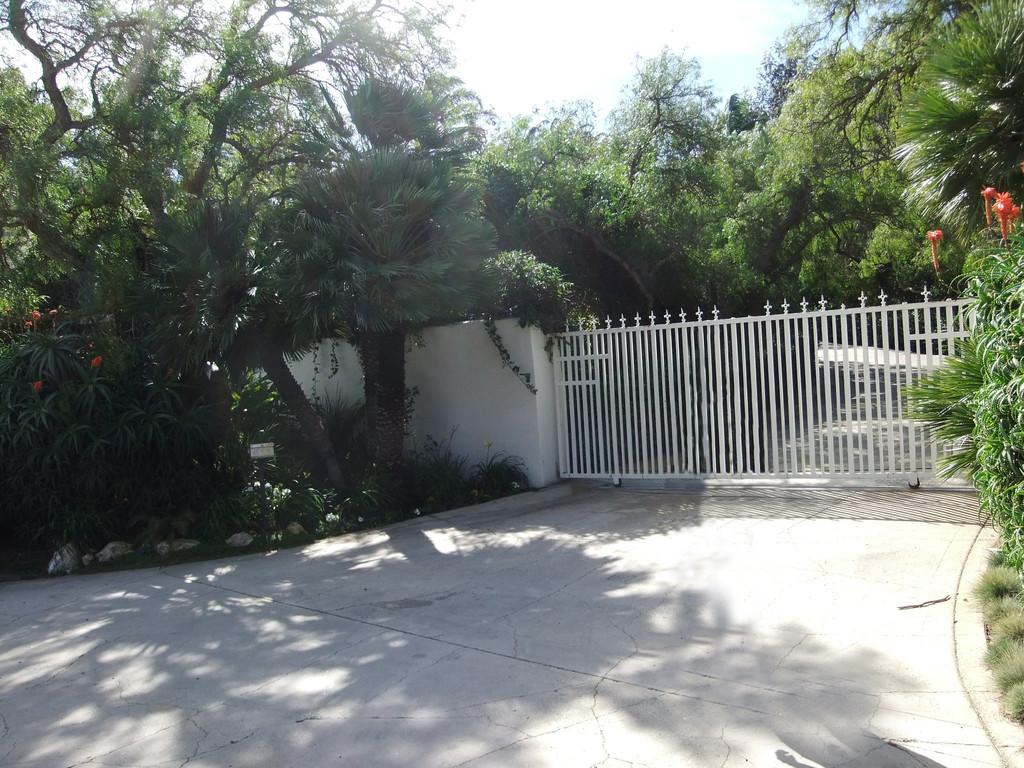 ...und hinter diesem Tor seit den frühern Neunzigern. Axls Villa an der Latigo Canyon Road in Malibu 2012