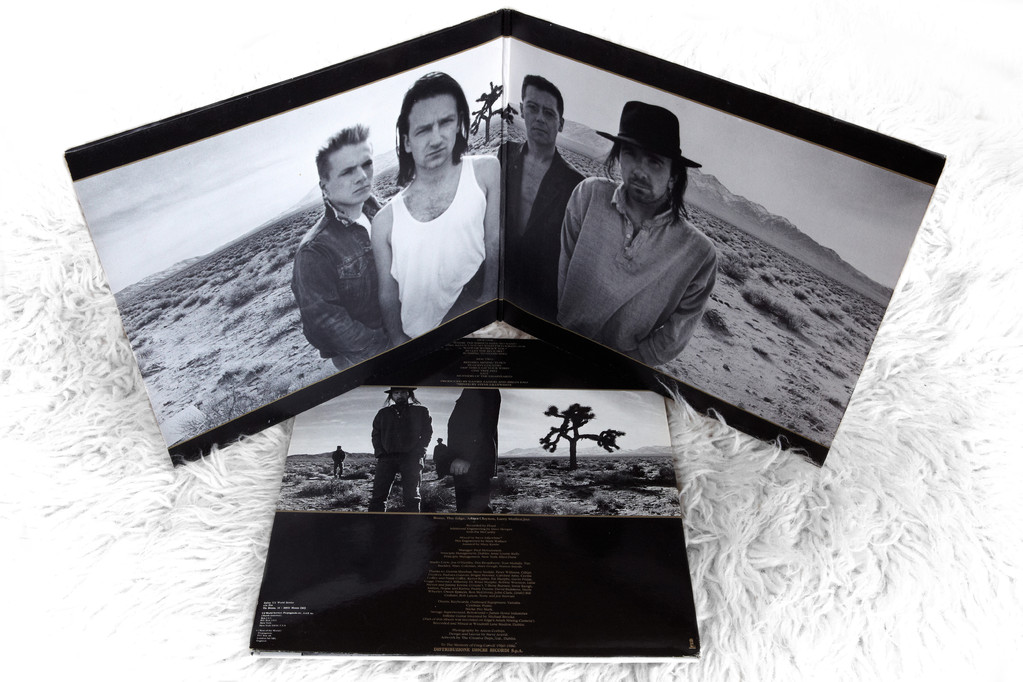 Die Fotos von Anton Corbijns Session mit U2 vor dem Joshua Tree, die es auf Foldout- und Backcover geschafft haben. (THE JOSHUA TREE, 1987, Island Records)