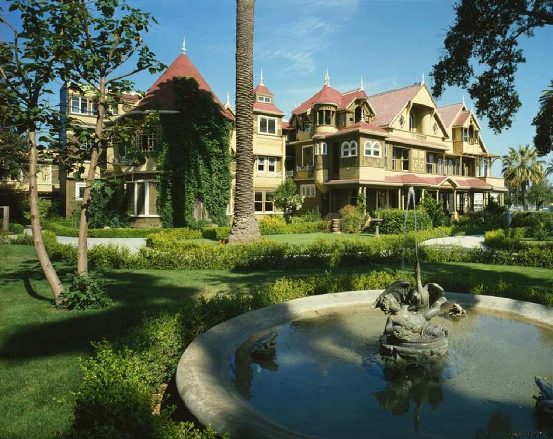 """Das Winchester-Haus (Winchester Mystery House) aus """"Haus des Schreckens"""" existiert tatsächlich in San Jose. Es ist das ehemalige Wohnhaus von Sarah Winchester, der Witwe des Gewehrfabrikanten William Winchester."""