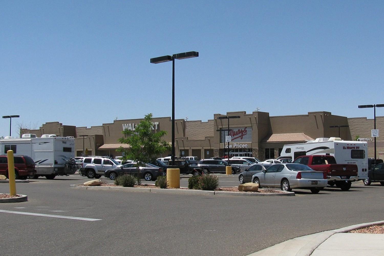 """...und in Page an diesem Supermarktparkplatz bekommen die drei ??? im Fall """"Geister-Canyon"""" ihr Lösegeld gestohlen."""