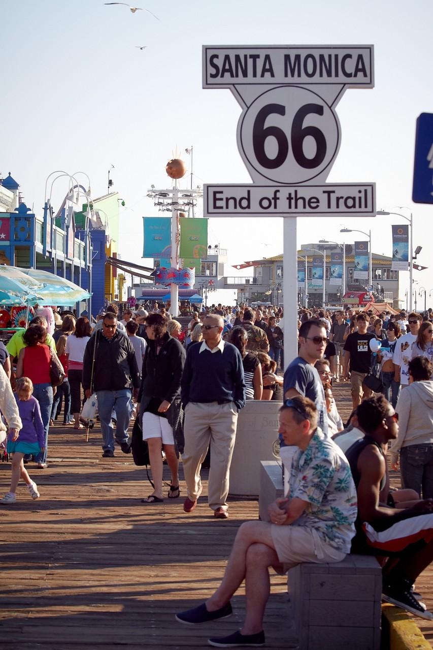 """Am Pier in Santa Monica lesen die drei Fragezeichen in """"Feuermond"""" die letzten Briefe des Malers Jaccard."""